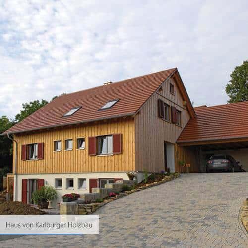 Haus von Karlburger Holzbau weiss und rot