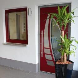 Ausstellung - moderne Haustür rot